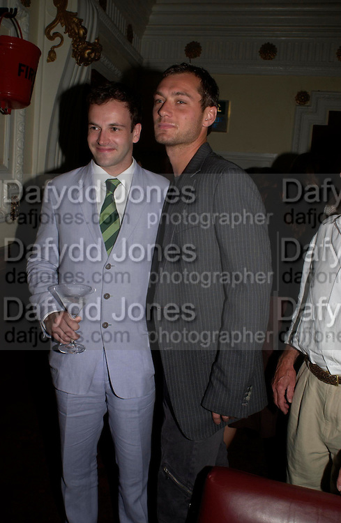 Johnny Lee Miller and Jude Law. Johnny Lee Miller Hosts a Grand Classics screening of 'Singing In the Rain. the Electric Cinema. 111 July 2005. ONE TIME USE ONLY - DO NOT ARCHIVE  © Copyright Photograph by Dafydd Jones 66 Stockwell Park Rd. London SW9 0DA Tel 020 7733 0108 www.dafjones.com