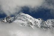 Sommet du Mont-Blanc dans la brume.
