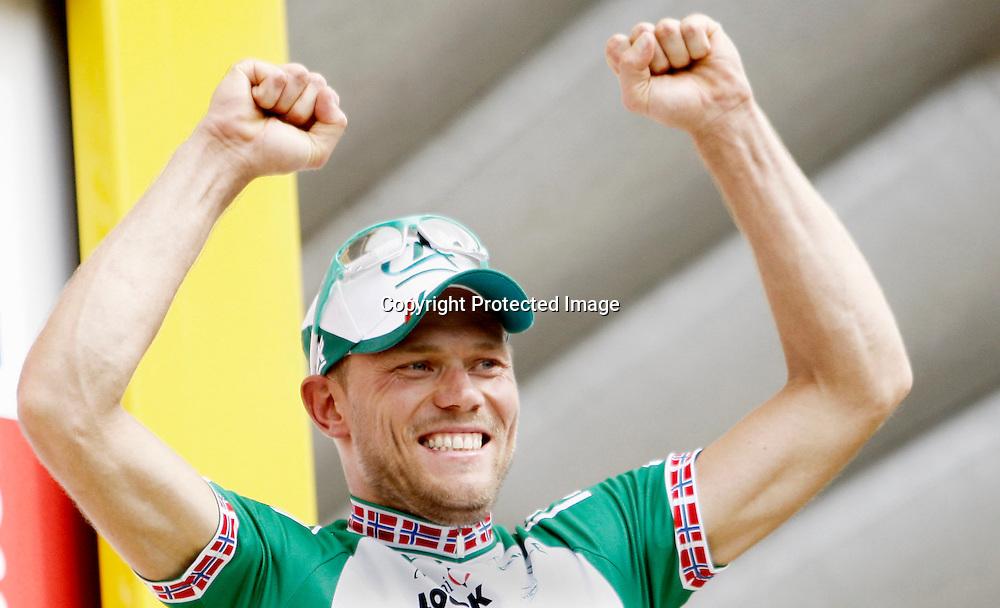 Saint-Brieuc, 20080706. Tour de France, sykkel. Thor Hushovd spurtet til seier på den 2.etappen i Tour de France og strekker armene i været...Foto: Daniel Sannum Lauten/Dagbladet