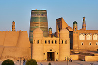 Ouzbekistan, Khiva, patrimoine mondial de l UNESCO, entree de la forteresse Ark et le Minaret innacheve Kalta Minar // Uzbekistan, Khiva, Unesco World Heritage, Ark fortress entrance and Kalta Minar