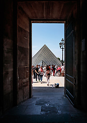 THEMENBILD - Blick auf die Glaspyramide des Louvre Museums durch einen Seiteneingang, aufgenommen am 09. Juni 2016 in Paris, Frankreich // View of the glass pyramid of the Louvre Museum through a side entrance, Paris, France on 2016/06/09. EXPA Pictures © 2017, PhotoCredit: EXPA/ JFK