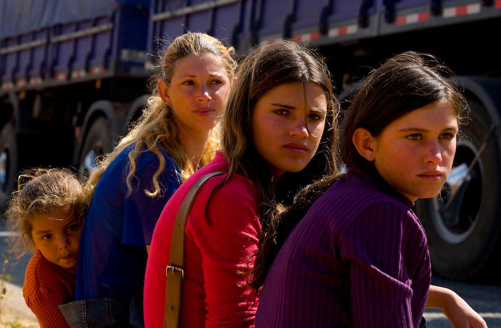 Abre Campo_MG, Brazil.<br /> <br /> BR 262, que da acesso ao municipio de Abre Campo, Minas Gerais. Na foto, Eduarda, filha de Marileia Katia, Karina Paiva Chaves e  Bruna.<br /> <br /> The highway BR 262 in Abre Campo, Minas Gerais. In this photo Eduarda, Marileia Katia, Karina Paiva Chaves and Bruna.<br /> <br /> Foto: LEO DRUMOND / NITRO