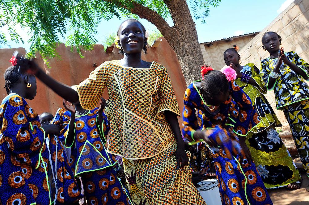 Les jeunes filles dans un village Solinke dansent..Moussala, Mali. 11/09/2010..Photo © J.B. Russell