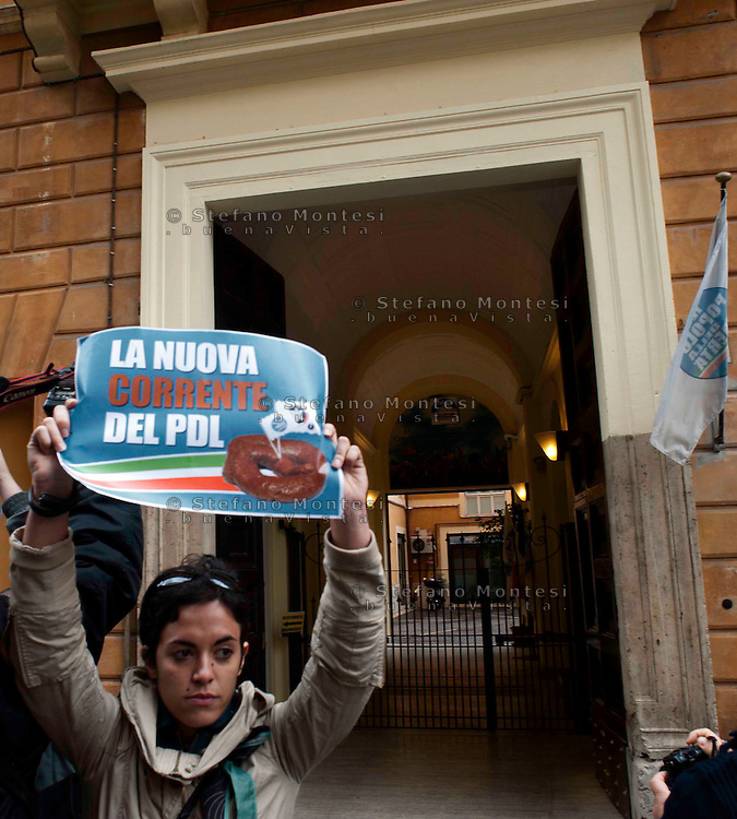 """Roma 6 Maggio 2010.Protesta davanti alla sede del Popolo della libertà in via dell'Umiltà. Il gruppo di azione """"SpalMan"""" ha versato  un bidone di letame davanti al portone di ingresso. L'azione è stata una provocazione per """"concimare le intelligenze e smascherare le ipocrisie e contro la """"Giornata delle giovinezza"""" promossa dal """"Blocco studentesco"""" ..Rome, May 6, 2010.Protest outside the headquarters of People's liberties by via dell'Umilta'. The action group """"SpalMan"""" poured a can of manure in front of the entrance door. The action was a provocation to """"fertilize minds and expose the hypocrisy and against the"""" Day of Youth """"sponsored by"""" Block the student, the formation of extreme right"""
