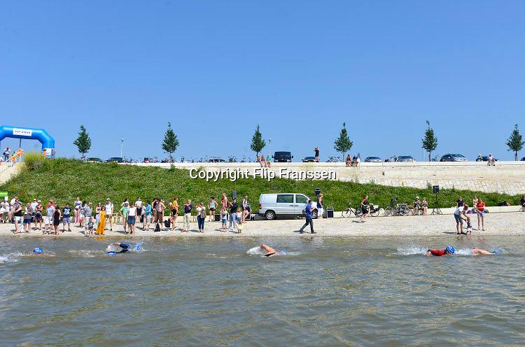 Nederland, Nijmegen, 5-6-2016 Zwemwedstrijd voor autisten in de Spiegelwaal, de nieuwe nevengeul van de Waal. De wedstrijd bestaat uit 400 meter zwemmen in het open water en wordt georganiseerd in het kader van de Wereld Autisme Dag. Foto: Flip Franssen