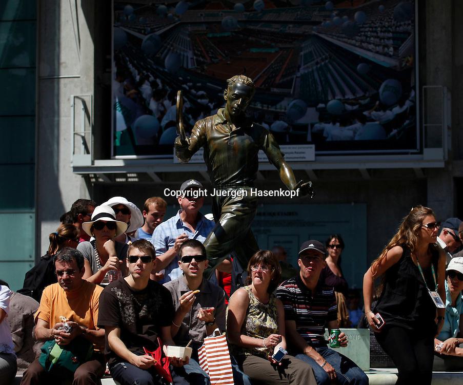 French Open 2010, Roland Garros, Paris, Frankreich,Sport, Tennis, ITF Grand Slam Tournament,  Tennisfans sitzen unter einer Spieler Skulptur und machen Pause,.Feature,..Foto: Juergen Hasenkopf..