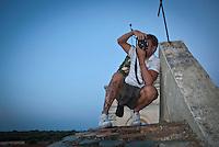 Siamo in Puglia, a Specchia cittadina della provincia di Lecce, situato a circa 60 Km a sud del capoluogo di provincia..Si presenta come un paese tranquillo ma vivo..Le strade luminose e pulite presentano una pavimentazione a lastroni antichi..Il centro storico è un'area pedonale ed è spesso scenario di manifestazioni sacre e culturali..La gente è gentile ed ospitale e si è lasciata fotografare con tranquillità, facendosi riprendere nel loro fare quotidiano, quasi fosse abituata ad essere fotografata..Quest'area del Salento è meta di un turismo alla ricerca della tranquillità e della cultura; cultura intesa anche come eno-gastronomia, e soprattutto cultura volta al rispetto della natura..I turisti in cerca di aria sana, pulita, vengono nei paesini dell'entroterra salentino, lontani dalla città e dallo smog...Queste foto sono state scattate nel Borgo di Cardigliano, una frazione di Specchia, in passato conosciuto come il paese fantasma del Salento è oggi divenuto un Resort, che in tutte le stagioni è frequentato da turisti e famiglie che si rifuggiamo nella tranquilla e sperduta borgata..