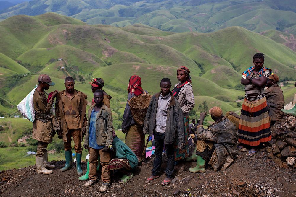 Luntukulu, Congo<br /> <br /> Allt arbete i tennmalms gruvan sker f&ouml;r hand. Varje stenblock bankas s&ouml;nder till sm&aring;grus f&ouml;r att senare vaska fram tennmalmen.<br /> <br /> Photo: Niclas Hammarstr&ouml;m