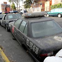 Metepec, México.- En la colonia Infonavit San  Francisco fueron abandonados  en la calle  vehículos, como patrullas municipales, camioneta de bomberos, una camioneta del Grupo Táctico de Metepec que se encuentran en condiciones de chatarra. Agencia MVT / Crisanta Espinosa