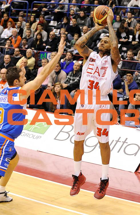 DESCRIZIONE : Milano Campionato Lega A 2013-14 EA7 Olimpia Armani Milano Enel Brindisi<br /> GIOCATORE : David Moss<br /> SQUADRA : EA7 Olimpia Armani Milano <br /> EVENTO : Campionato Lega A 2013-14<br /> GARA :  EA7 Olimpia Armani Milano Enel Brindisi<br /> DATA : 19/01/2014<br /> CATEGORIA : Tiro Three points<br /> SPORT : Pallacanestro<br /> AUTORE : Agenzia Ciamillo-Castoria/A.Giberti<br /> Galleria : Campionato Lega Basket A 2013-14<br /> Fotonotizia : EA7 Olimpia Armani Milano Enel Brindisi<br /> Predefinita :
