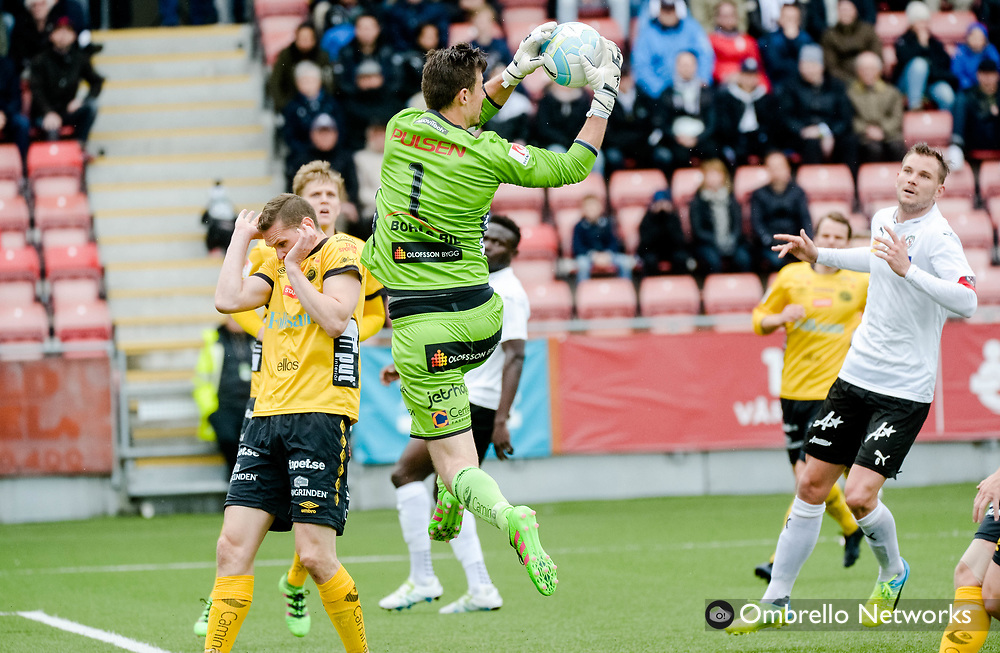 ÖREBRO, SWEDEN - MAY 15: Kevin Stuhr Ellegaard, goalkeeper of IF Elfsborg makes a save during the Allsvenskan match between Örebro SK and IF Elfsborg at Behrn Arena on May 15, 2016 in Örebro, Sweden. Foto: Pavel Koubek/Ombrello