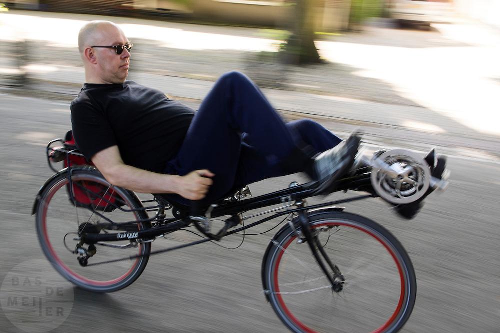 In Lage Vuursche rijdt een man op een ligfiets van Rainbow met onderstuur.<br /> <br /> In Lage Vuursche a man is riding a recumbent bike.
