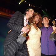 Finale Nationaal Songfestival 2005, winnares Glennis Grace met tekstschrijvers