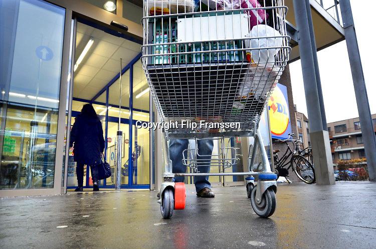 Nederland, Nijmegen, 1-12-2016Winkelkarretjes van Lidl supermarkt hebben een verklikker bij een wieletje waardoor zij niet verder rijden als een straal van 50 meter van de winkel. Een bedrijf heeft ditt systeem bedacht om diefstal en verdwijning van de karretjes tegen te gaan. Foto: Flip Franssen