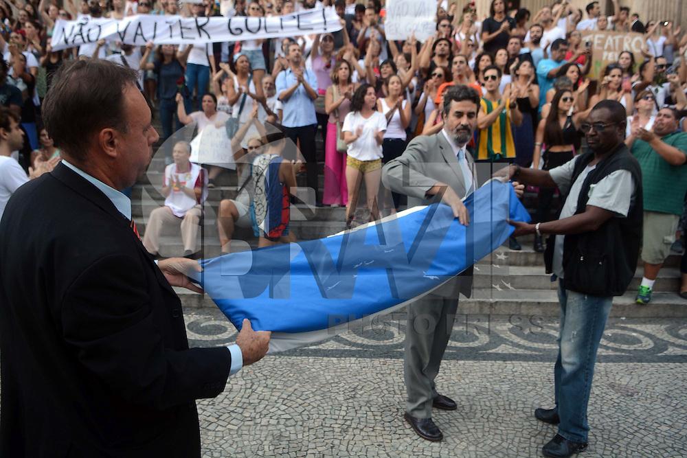 RIO DE JANEIRO, RJ, 18.03.2016 - PROTESTO-RJ - Manifestantes ligados à Central Única dos Trabalhadores (CUT) e demais centrais sindicais, protestam na Praça XV, região central do Rio de Janeiro, na tarde desta sexta- feira (18). O grupo defende o Estado Democrático de Direito, o governo Dilma e o ex- presidente Lula. (Foto: Jorge Hely/Brazil Photo Press)