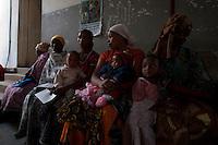 06 OCT 2009, ARUSHA/TANZANIA:<br /> Waertende Muetter mit Ihren Kleinkindern, Ngarenaro Health Center, ONE Informationsreise nach Tansania, Arusha / Kilimandscharo<br /> IMAGE: 20091006-01-130<br /> KEYWORDS: Reise, Trip, Afrika, Africa, Gesundheit, Gesundheitszentrum, Mutter, Mütter, Kind, Kinder