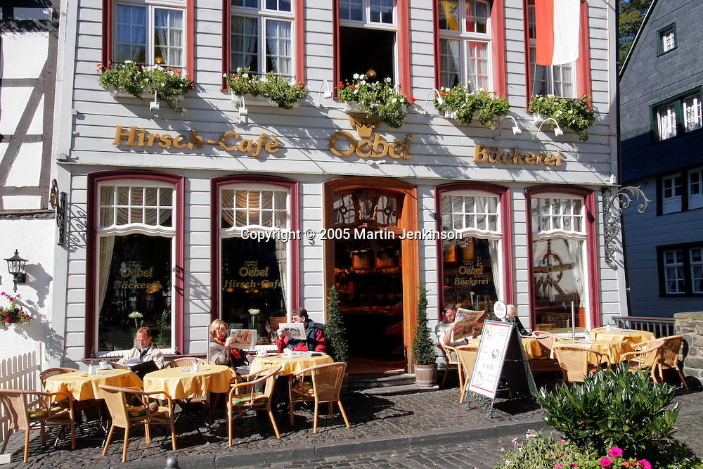 Customers sitting in the sunshine outside a cafe in Monschau ..., Travel, lifestyle