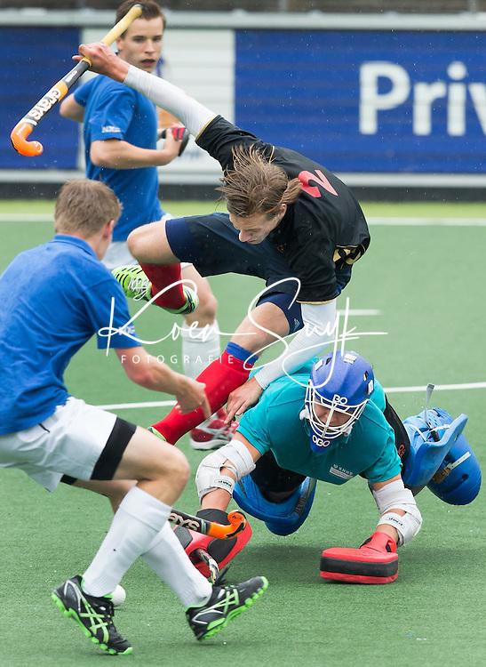 AMSTELVEEN - NK Schoolhockey. De finale in de categorie Jongens Oud  ging tussen Het Cals College uit Nieuwegein (zwarte shirts)  en het Lorentz Casimir Lyceum uit Eindhoven (blauw) Winnende team en kampioen werd het Cals College na shoot outs.  © 2015 Koen Suyk