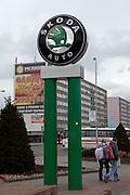 Skoda Auto Logo vor dem Skoda Automuseum in Mlada Boleslav. Im Hintergrund Werbung fuer ein Spielcasino. Mlada Boleslav liegt noerdlich von Prag und ist ungefaehr 60 Kilometer von der tschechischen Haupstadt entfernt. Skoda Auto beschäftigt in Tschechien 23.976 Mitarbeiter (Stand 2006), den Grossteil davon in der Zentrale in Mlada Boleslav. Damit sind mehr als 3/4 aller Erwerbstätigen der Stadt in dem Automobilkonzern tätig.<br /> <br />                                       Skoda Auto Logo infront of the Skoda car museum close to the Skoda factory in the city of Mlada Boleslav. The city is located north of Prague and about 60 km away from the Czech capital. Skoda Auto has about 23.976 employees (2006) in Czech Republic and a big part of them is working in Mlada Boleslav. 3/4 of the working population in Mlada Boleslav is working for the Skoda Auto company.
