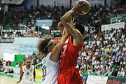 DESCRIZIONE : Siena Lega A 2011-12 Montepaschi Siena EA7 Emporio Armani Milano Finale scudetto gara 5<br /> GIOCATORE : Shaun Stoneerook<br /> CATEGORIA : difesa tecnica<br /> SQUADRA : Montepaschi Siena<br /> EVENTO : Campionato Lega A 2011-2012 Finale scudetto gara 5<br /> GARA : Montepaschi Siena EA7 Emporio Armani Milano<br /> DATA : 17/06/2012<br /> SPORT : Pallacanestro <br /> AUTORE : Agenzia Ciamillo-Castoria/GiulioCiamillo<br /> Galleria : Lega Basket A 2011-2012  <br /> Fotonotizia : Siena Lega A 2011-12 Montepaschi Siena EA7 Emporio Armani Milano Finale scudetto gara 5<br /> Predefinita :
