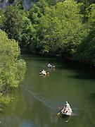 Paddelboote, Paddler auf der Donau, Donautal, Naturpark obere Donaul, Baden-Württemberg, Deutschland.|.river Danube, nature park upper Danube, Baden-Wuerttemberg, Germany
