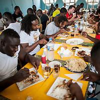 11/06/2013. Dakar, Senegal. Les joueurs de l'équipe de rugby du Senegal se restaurent quelques heures avant le premier match de la demi-finale de la Coupe d'Afrique des Nations B contre la Namibie. ©Sylvain Cherkaoui