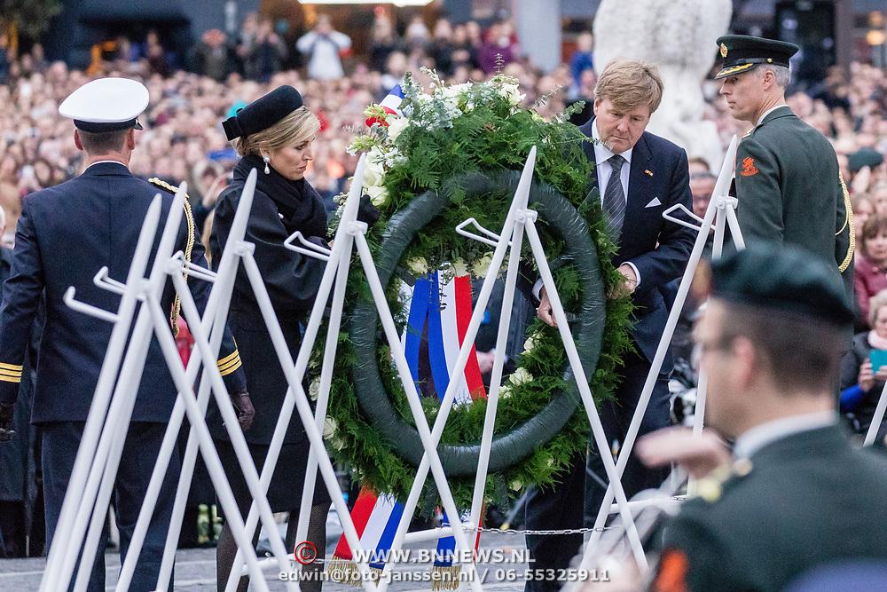 NLD/Amsterdam/20170504 - Nationale Herdenking 2017, kranslegging Willem-Alexander en Maxima