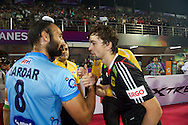 04 GER vs IND : Sardar Singh and Tobias Hauke check the hand