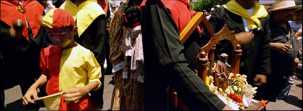 """""""La Parranda de San Pedro es una diversión popular de gran colorido que, en homenaje a tal Santo, se practica en las poblaciones mirandinas de Guarenas y Guatire, el 29 de junio de cada año. Consiste en una representación dramática, ... donde el escenario está representado por cualquiera calle de las ya mencionadas poblaciones del Estado Miranda, donde todo allí constituye la decoración propia del teatro en el cual actúan los sampedreños, y el público espectador lo representan los hombres, mujeres y niños que alegremente aplauden y ríen ... los gracejos y contrastes de los personajes que danzan; de las humoradas, ironías, sátiras y sarcasmos que expresan en sus versificaciones los cantores del conjunto musical.  Todos los años durante la bajada de los Palmeros de Chacao se encargan de esperarlos y recibirlos. Caracas 04 de abril del 2005."""
