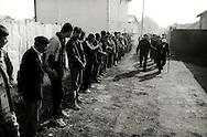 Kosovo - Pejë, Novembre 2000. Il funerale di quattro rom Askalia uccisi al rientro delle loro case provenienti dai campi profughi da uomini di etnia albanese