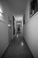 Una veduta del corridoio che porta verso la sacrestia della Chiesa dell'Arcangelo Michele. La chiesa si trova a Mesagne in provincia di Brindisi.  La Chiesa risale al 1305, venne costruita su ambiente ipogeo e dedicata all'Arcangelo Michele. In oltre subì delle trasformazioni durante il XVIII e XIX sec.