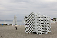 The beach behind Pomories hotel Sunset Resort..Pomorie is a town and seaside resort in southeastern Bulgaria, located on a narrow rocky peninsula in Burgas Bay on the southern Bulgarian Black Sea Coast. It is located in Burgas Province 20 km from Burgas and 18 km from Sunny Beach. The ultrasaline lagoon Lake Pomorie, the northernmost of the Burgas Lakes, lies in the immediate proximity..It is the center of Pomorie Municipality..Pomorie is an ancient city and today an increasingly popular tourist destination. As of September 2005 it had a population of 14,600...Stranden bak hotellet Sunset Resort i Pomorie..Pomorie ligger sør på Svartehavskysten, 20 km nord for Burgas og 18 km sør for Sunny Beach. Pomorie er en gammel by, med tiltakende turisme, og hadde pr september 2005 14 600 innbyggere.