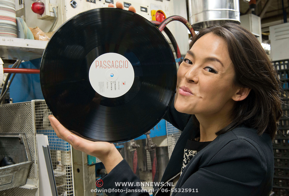 """Haarlem, 01-11-2013. Harpiste Lavinia Meijer debuteert met haar album Passaggio op vinyl. Deze werd geperst bij Music on Vinyl te Haarlem. Lavinia maakte het hele proces mee van """"snijden"""" op koperen schijf tot aan het persen op vinyl en het drukken van de hoes."""