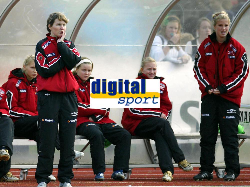 Fotball<br /> Landskamp J15/16 &aring;r<br /> Tidenes f&oslash;rste landskamp for dette alderstrinnet<br /> Sverige v Norge 1-3<br /> Steungsund<br /> 11.10.2006<br /> Foto: Anders Hoven, Digitalsport<br /> <br /> Lena Tyriberget - trener Norge