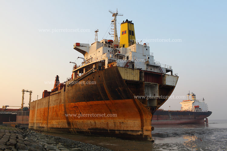 Ship whose back part is missing after being dismantled and cut.