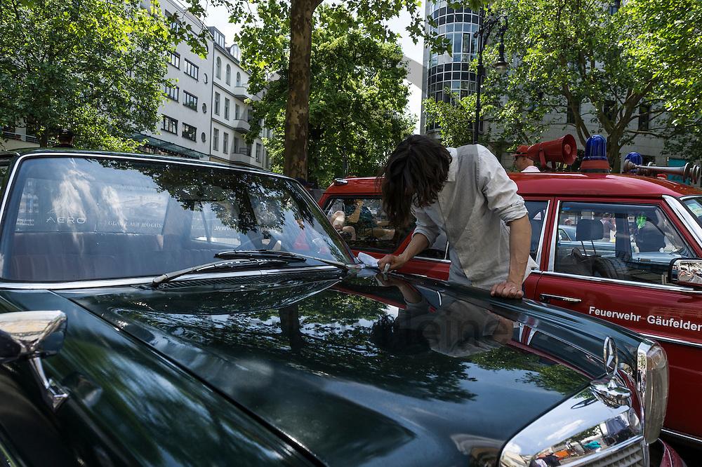 Ein Oldtimerbesitzer poliert w&auml;hrend der Classic Days Berlin am 04.06.2016 in Berlin, Deutschland seinen Oldtimer. Der Kurf&uuml;rstendamm wird an diesem Wochenende zu einer Ausstellungsfl&auml;che f&uuml;r Liebhaber von alten Autos. Foto: Markus Heine / heineimaging<br /> <br /> ------------------------------<br /> <br /> Ver&ouml;ffentlichung nur mit Fotografennennung, sowie gegen Honorar und Belegexemplar.<br /> <br /> Bankverbindung:<br /> IBAN: DE65660908000004437497<br /> BIC CODE: GENODE61BBB<br /> Badische Beamten Bank Karlsruhe<br /> <br /> USt-IdNr: DE291853306<br /> <br /> Please note:<br /> All rights reserved! Don't publish without copyright!<br /> <br /> Stand: 06.2016<br /> <br /> ------------------------------w&auml;hrend der Classic Days Berlin am 04.06.2016 in Berlin, Deutschland. Der Kurf&uuml;rstendamm wird an diesem Wochenende zu einer Ausstellungsfl&auml;che f&uuml;r Liebhaber von alten Autos.  Foto: Markus Heine / heineimaging<br /> <br /> ------------------------------<br /> <br /> Ver&ouml;ffentlichung nur mit Fotografennennung, sowie gegen Honorar und Belegexemplar.<br /> <br /> Bankverbindung:<br /> IBAN: DE65660908000004437497<br /> BIC CODE: GENODE61BBB<br /> Badische Beamten Bank Karlsruhe<br /> <br /> USt-IdNr: DE291853306<br /> <br /> Please note:<br /> All rights reserved! Don't publish without copyright!<br /> <br /> Stand: 06.2016<br /> <br /> ------------------------------