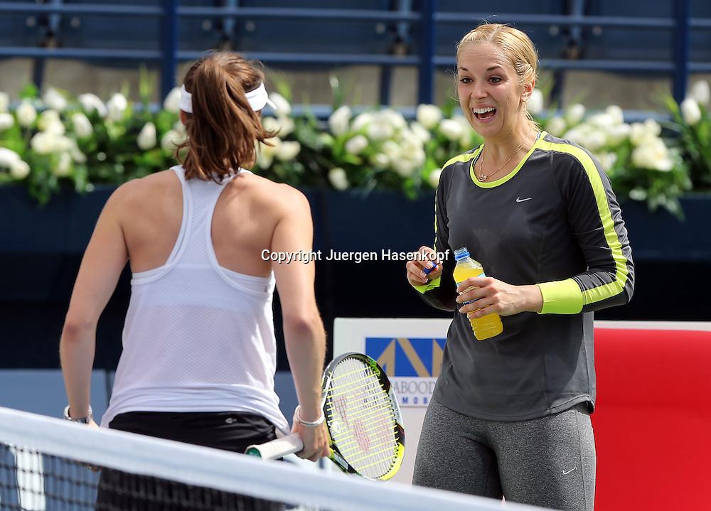 Dubai Tennis Championships 2014,WTA Tennis Turnier,International Series,<br />  Sabine Lisicki (GER) und  Martina Hingis (SUI) nach dem Training,<br /> Halbkoerper,Querformat,