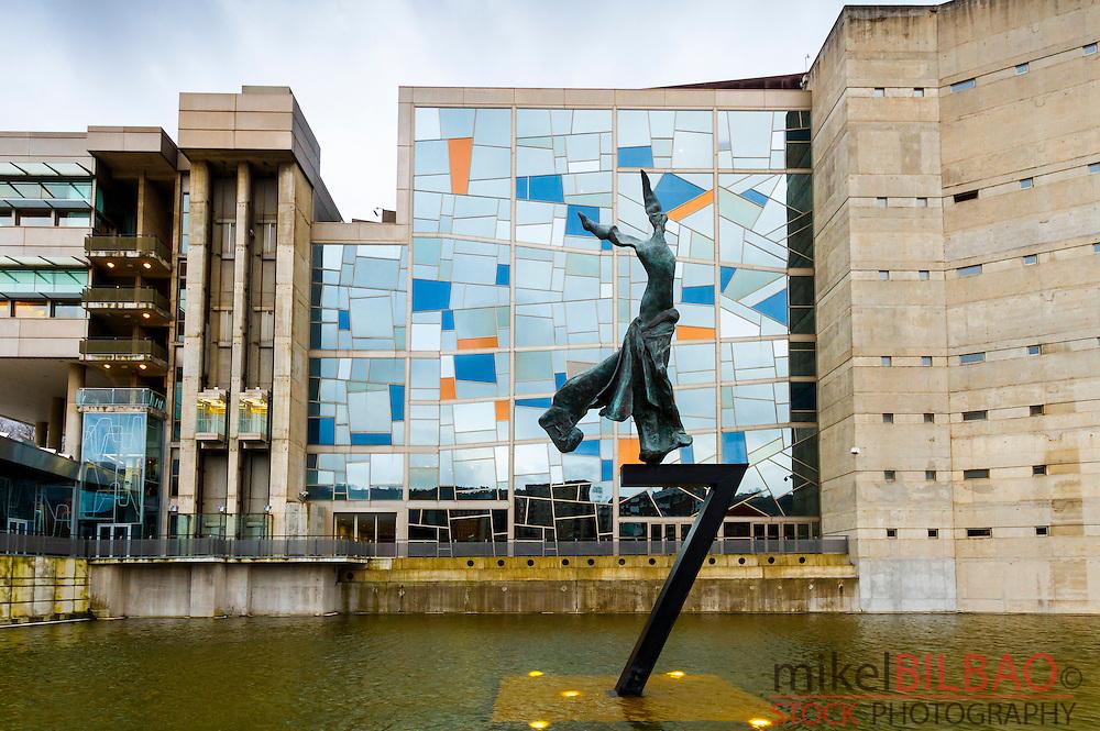 Palacio Euskalduna y escultura Terpsicore (musa de la danza) de Salvador Dali. Bilbao, Bizkaia. Pais Vasco, España.
