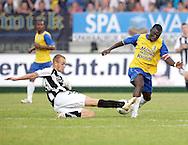 15-05-2008 Voetbal:RKC Waalwijk:ADO Den Haag:Waalwijk<br /> Anthony Obodai ontwijkt de sliding van Levi Schwiebbe<br /> Foto: Geert van Erven