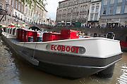 In Utrecht wordt de Ecoboot gedoopt door wethouder Mirjam de Rijk. Het is de tweede elektrisch aangedreven boot die door de grachten van Utrecht gaat varen. De Ecoboot wordt ingezet voor het ophalen van vuilnis en kan kilo's legen en tegelijk glas, papier en restafval meenemen en extreem lange of zware vracht vervoeren. Het schip haalt dagelijks verschillende afvalstromen tegelijk op en is ook door derden in te huren.<br /> <br /> The 'Ecoboat' arrives at the town hall in Utrecht. It is the second electrical driven boat in the canals of Utrecht. The boat is going to be used to collect the garbage and can transport extreme long or heavy freight.