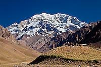 TURISTAS MIRANDO EL CERRO ACONCAGUA (6.962  a.s.n.m.) DESDE UN MIRADOR, QUEBRADA DE HORCONES, PARQUE PROVINCIAL ACONCAGUA, PROVINCIA DE MENDOZA, ARGENTINA