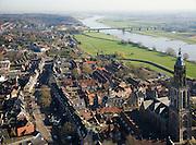 Nederland, Utrecht, Rhenen, 11-02-2008; stadsgezicht met Cunerakerk (Cuneratoren), voorbeeld van laat-gotiek (gotisch, gotiek); rechts de Neder-Rijn; links aan de horizon de Grebbeberg, onderdeel van de Utrechtse Heuvelrug; brug over de rivier in de weg tussen Veenendaal en Ochten; neder rijn..luchtfoto (toeslag); aerial photo (additional fee required); .foto Siebe Swart / photo Siebe Swart