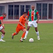 NLD/Amsterdam/20070526 - Suriprofs - Jong Oranje 2007, Ismail Aissati in duel met Nigel de Jong en Orlando Engelaar