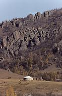 Mongolia. paysages  Tereelg  Mongolie Tereelg: ger (Ger est le nom russe) au pied des montagne.  / lanscapes  Tereelg       / P0009419  / l921007d
