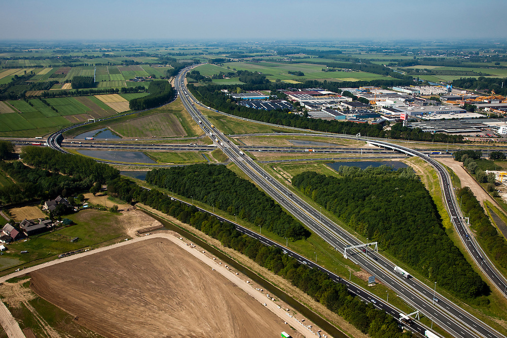 Nederland, Utrecht, Vianen, 23-06-2010; knooppunt Everdingen, de A27 in westelijke richting, naar Gorinchem.  Vlnr de A2, met bedrijventerrein De Biezen..Junction Everdingen..luchtfoto (toeslag), aerial photo (additional fee required).foto/photo Siebe Swart