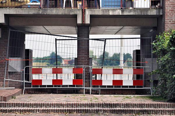 Nederland, Nijmegen, 21-6-2012De damwand die de Waalkade tegenhoudt is aan het verzakken, werken. Afgelopen week is gebleken dat deze waterkering ondergraven wordt door wegspoelend zand. Hij is enkele centimeters uit positie en dus instabiel. De kade is afgezet en er mogen geen schepen aanlegen. Rode vlag. De horeca is ernstig gedupeerd omdat veel terrassen nu achter een hek liggen en de mensen er niet gaan zitten. Het zal ook gevolgen hebben voor de 4daagse en de zomerfeesten.Specialisten van de gemeente onderzoeken de kade.De waterkering dateerd van 1980, 1981.Foto: Flip Franssen/Hollandse Hoogte