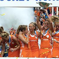 DEN HAAG - Rabobank Hockey World Cup<br /> 38 Final: Netherlands - Australia<br /> Netherlands world champion.<br /> Foto: Maartje Paumen lifts the World Cup.<br /> COPYRIGHT FRANK UIJLENBROEK FFU PRESS AGENCY