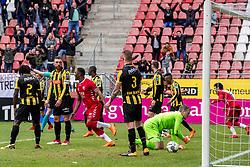 11-03-2018 NED: FC Utrecht - Vitesse, Utrecht<br /> Utrecht verslaat met 5-1 Vitesse / Willem Janssen #14 of FC Utrecht scoort de 2-0. Remko Pasveer #22 of Vitesse kansloos