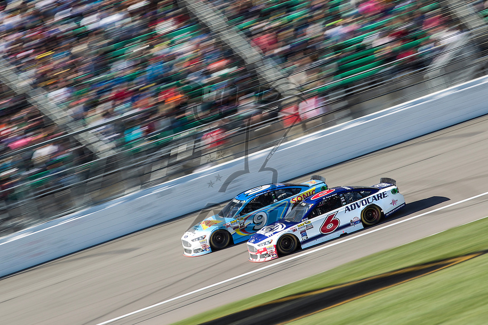 Kansas City, KS - Oct 18, 2015:  The NASCAR Sprint Cup Series teams take to the track for the Hollywood Casino 400 at Kansas Speedway in Kansas City, KS.