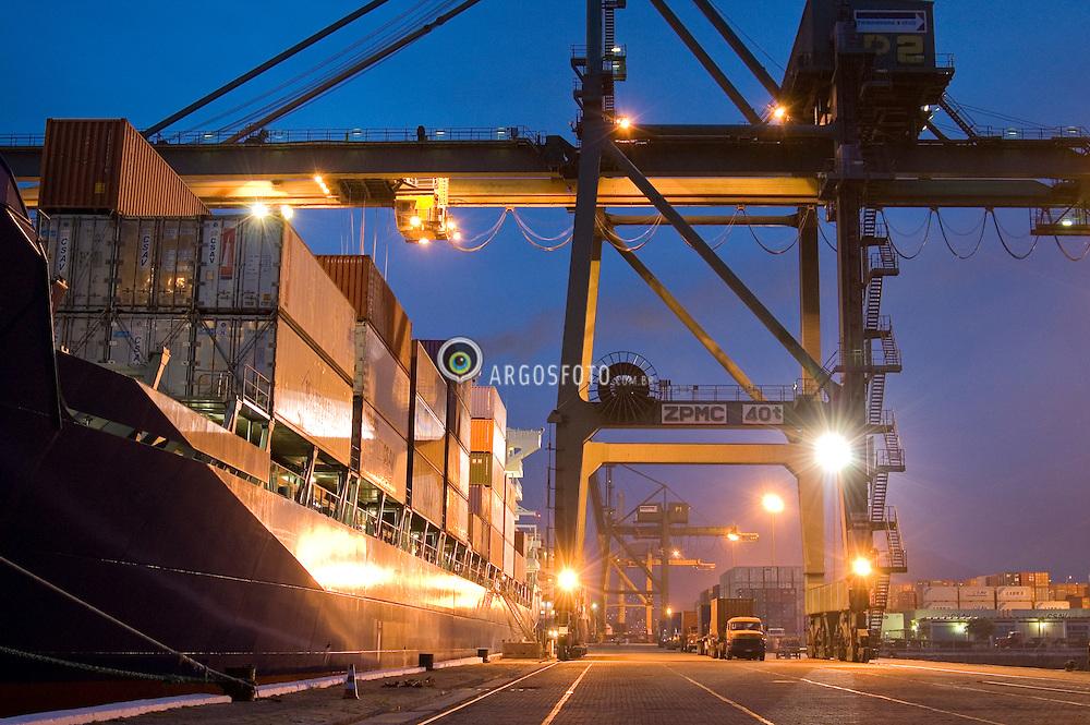 Porto do Rio de Janeiro. Embarque de containers no terminal de cargas / Port of Rio de Janeiro. General cargo in containers.
